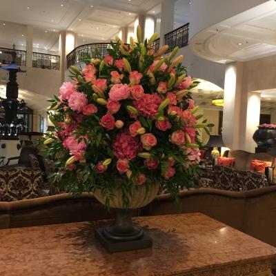 Dekorace z živých květů v lobby baru