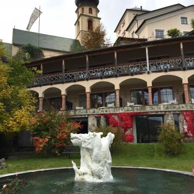 Hotel je obklopen překrásnou zahradou