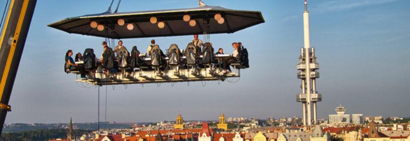 Romantická večeře v oblacích se v září vrací do Prahy